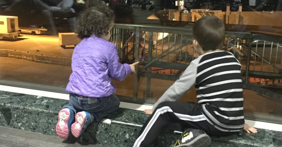 keep toddler entertained in the airport